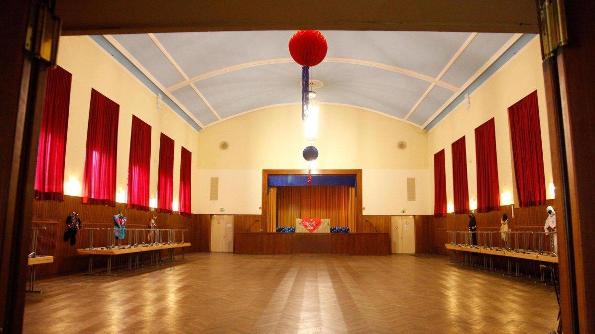 Der große kolpingsaal wird noch vermietet ist aber renovierungsbedürftig