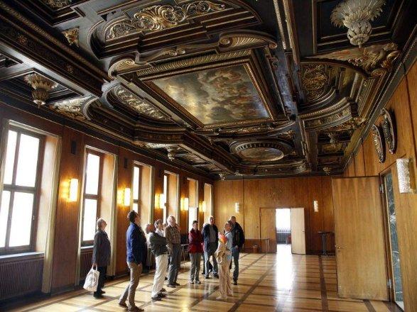 Der Rundgang Führte Auch In Den Schönen Saal, Dessen Prächtige Holzdecke  Aus Dem Jahr 1620
