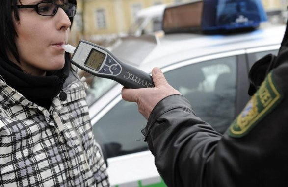 In Verdachtsfällen Setzt Die Polizei Einen Alkomaten Ein. Liegt Der Wert  Bei 1,1