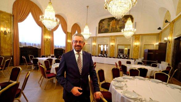 speisesaal der extraklasse volker windhfel der direktor des le mridien grand hotels zeigt