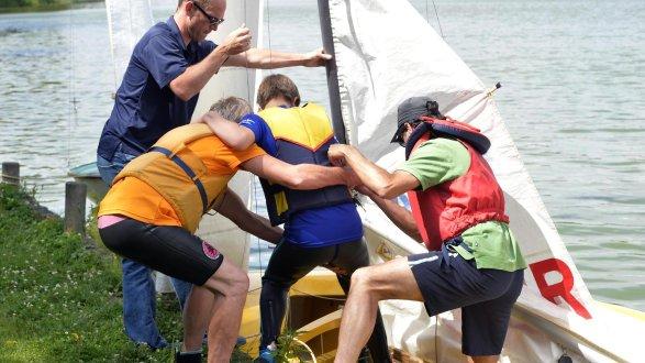 Kinder der Lebenshilfe Erlangen konnten dieser Tage am Dechsendorfer Weiher auf Einladung der Segelgemeinschaft Erlangen mit Booten hinaus aufs Wasser.