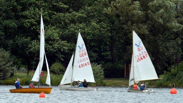 Boote, Boote, Boote: Die Stadtmeisterschaft im Segeln auf dem Dechsendorfer Weiher.