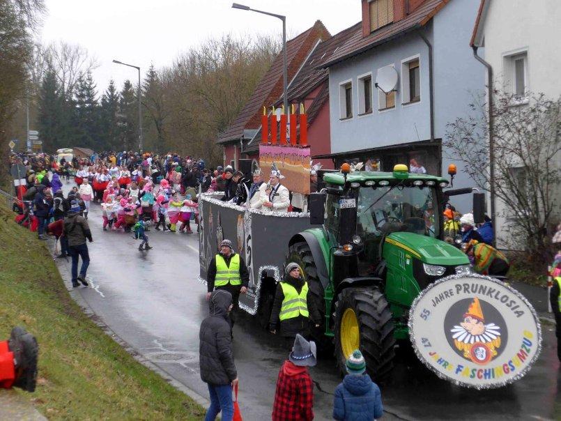 Originelle Wagen Tausende Narren Faschingsumzug In Emskirchen