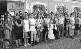 Mehr als 20 Jugendliche aus Savigny sind seit Montag in Berching. Die jungen Gäste aus der französischen Partnergemeinde sind in Gastfamilien mit gleichaltrigen Jugendlichen untergebracht. Das Berchinger Partnerschaftskomitee hat gemeinsam mit den Schulen und der Stadt ein abwechslungsreiches Programm mit vielen Besichtigungen, gemeinsamen Aktivitäten und einem Projekttag an der Realschule zusammengestellt. Das Partnerschaftstreffen zwischen Savigny und Berching wird aus Mitteln der Europäischen Union gefördert.