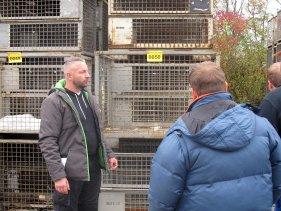 Alter Hase in Treuchtlingen: Enrico Olbrich (links) fährt seit 20 Jahren auf Versteigerungen in Deutschland und Österreich. Er trauert vor allem den Präsenzveranstaltungen nach, die durch das Internet weniger werden.