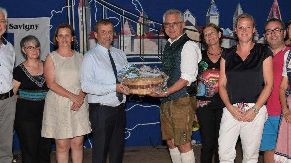 Die Delegation aus Savigny mit ihrem Bürgermeister Bruno Buisson wurde vom Berchinger Bürgermeister Ludwig Eisenreich beim Festabend in der Europahalle herzlich empfangen.