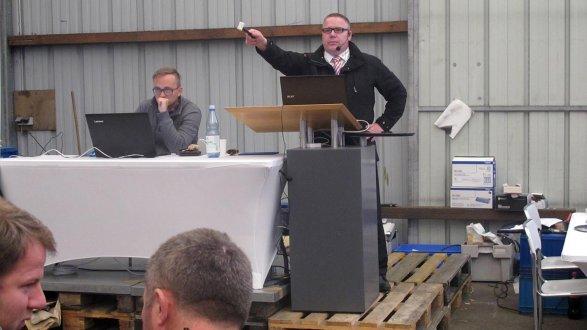 """""""Zum Ersten, zum Zweiten und zum Dritten!"""" Markus Rockmann (rechts) hatte in Treuchtlingen keine Mühe, das Inventar der Firma ILST zu versteigern: """"Es ging alles weg."""""""