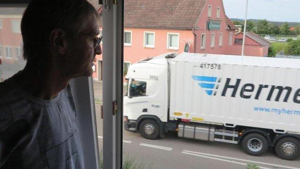So sieht das aus, wenn der Schlungenhöfer Rainer Beißer ein Fenster seines Wohnzimmers öffnet. Er konnte sich – wie viele andere auch – nicht vorstellen, dass der Verkehr auf den Bundesstraßen so zunehmen würde. Und die Prognosen sagen, dass es wohl noch mehr werden wird.