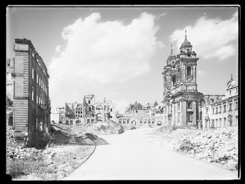 Nürnberg nach den Luftangriffen: Pellerhaus und St. Egidien